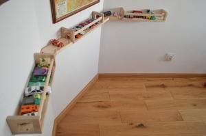 Drewniane półeczki na niskim poziomie