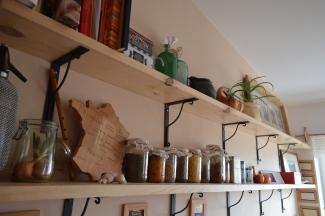 długie półki w kuchni