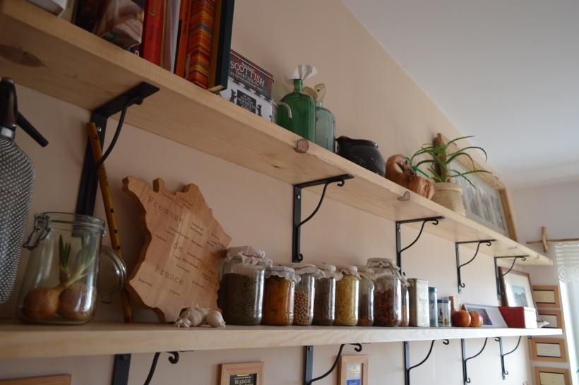 dwie półki w kuchni