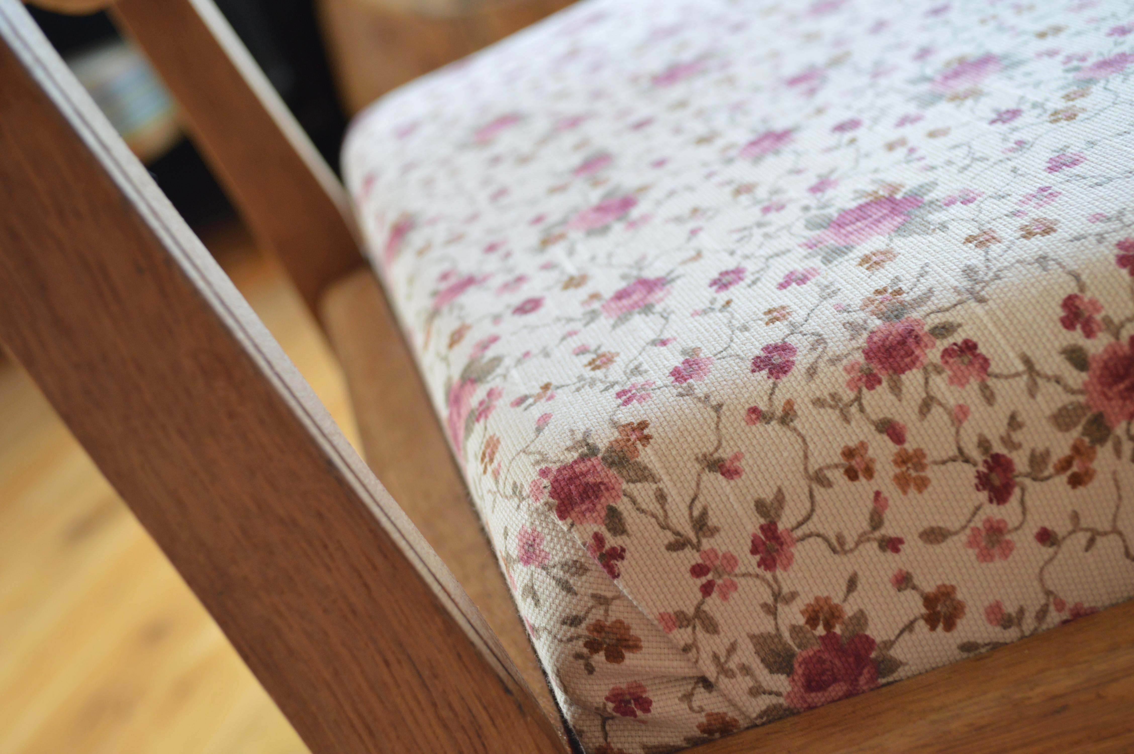 drewniany fotel z różaną tapicerką