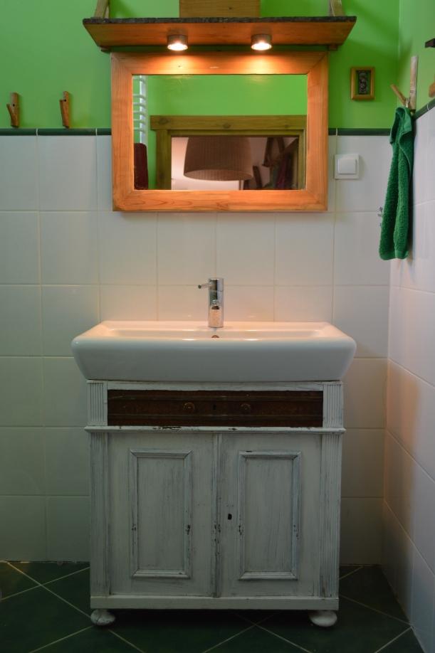 umywalka z szafką i lustrem