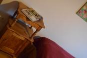 drewniana szafka nocna po renowacji
