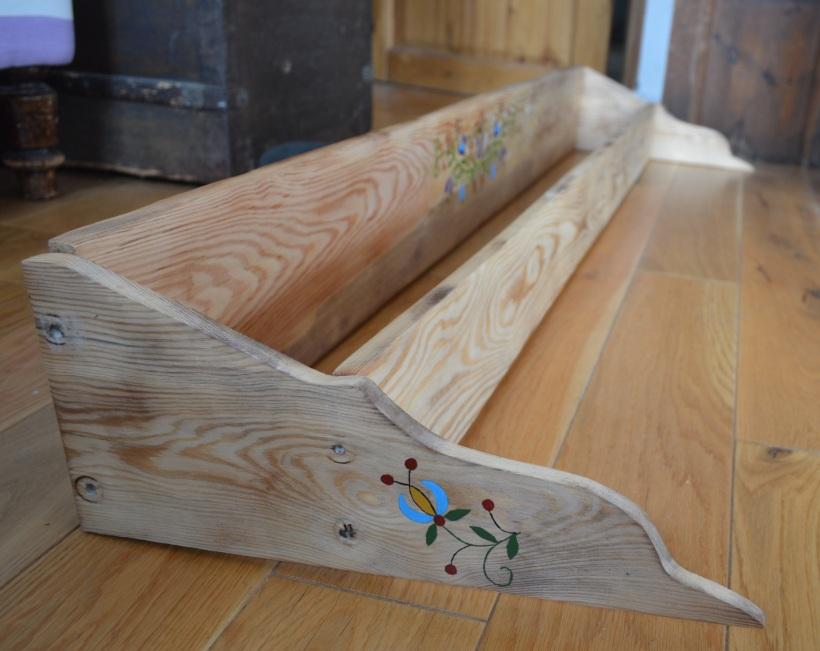 drewniana półka ze wzorem kaszubskim