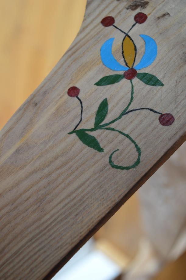 drewniana półka z kaszubskim wzorem
