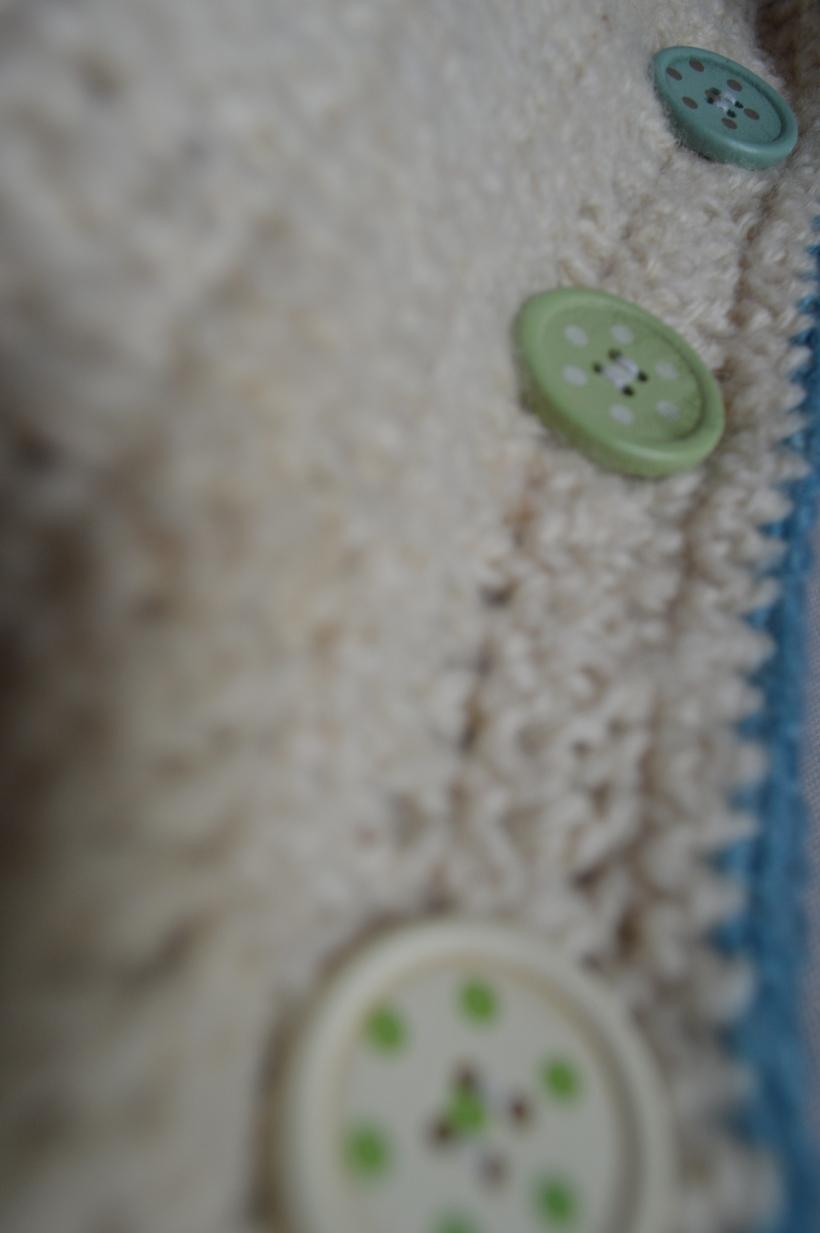 drewniane guziki na poduszce