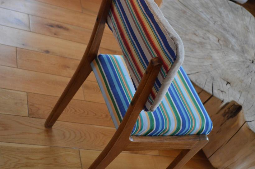 krzesło z tapicerką w paski