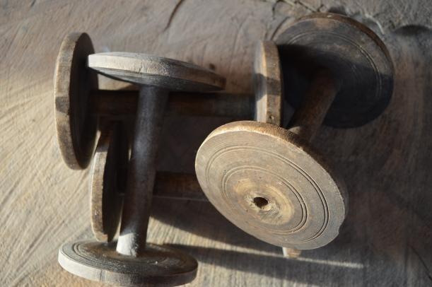drewniane szpulki