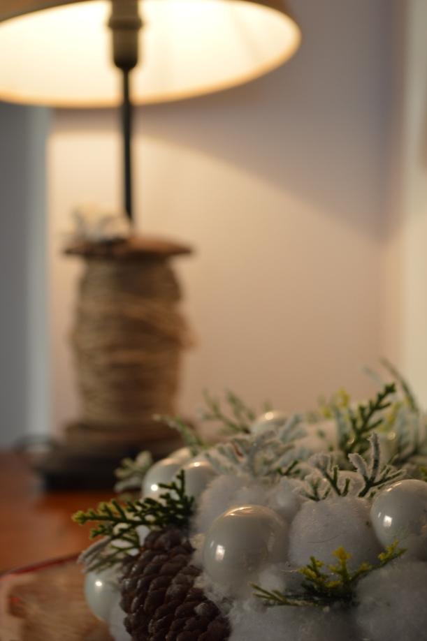 lampka ze sznurkiem i wianek