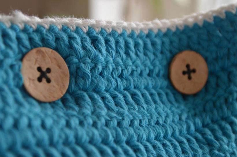 turkusowa poduszka z guzikami