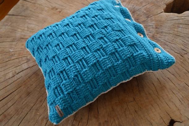turkusowa poduszka włóczkowa