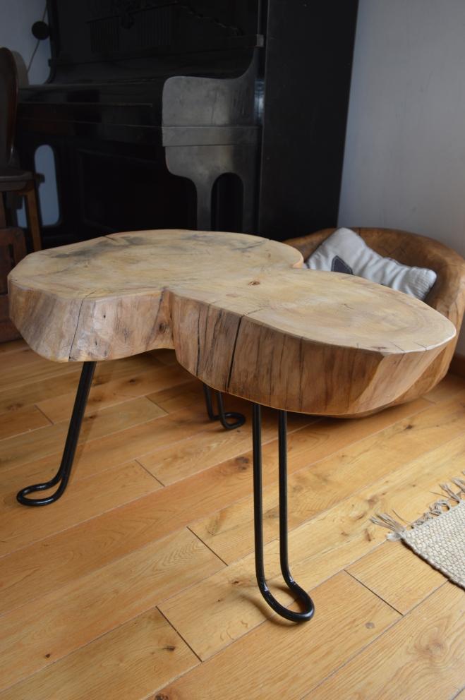 jesionowy stolik ze stalowymi nóżkami