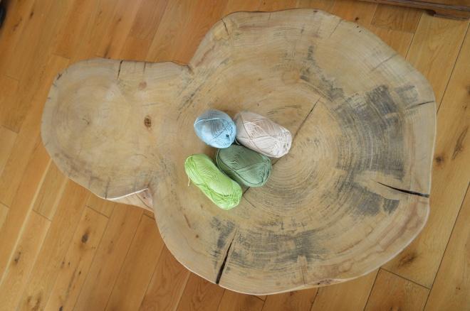 jesionowy stolik z włóczkami