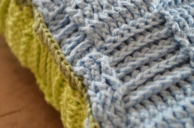 niebiesko-jasnozielona powłoczka szydełkowa