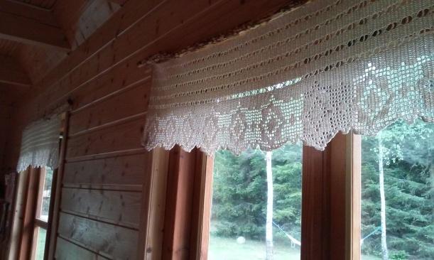 koronkowe lambrekiny w oknach