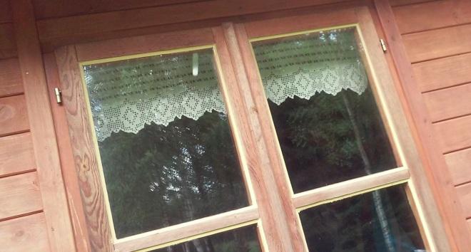 koronkowy lambrekin w oknie