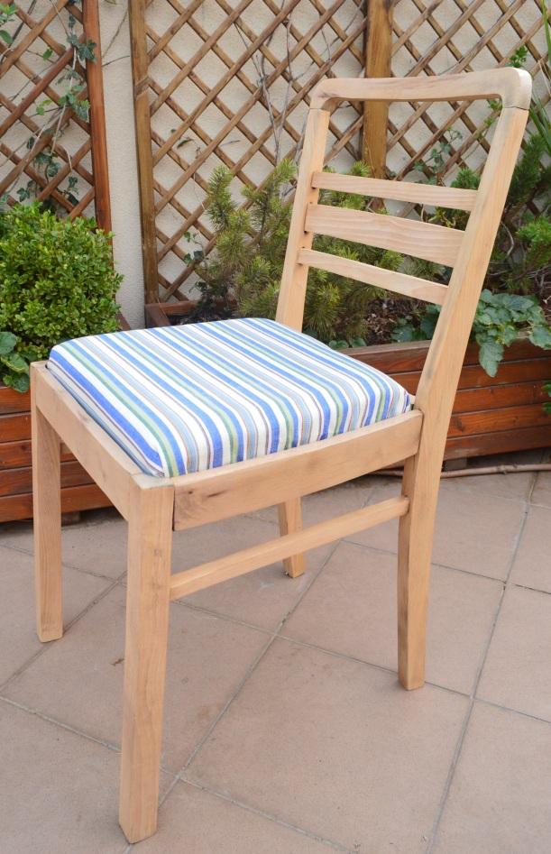 drewniane krzesło w paski