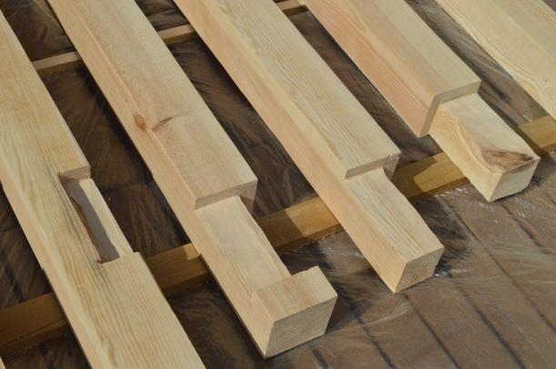 drewniane słupy konstrukcyjne