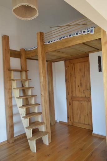 drewniane łóżko na antresoli