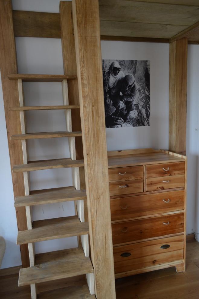 drewniana komoda pod antresolą
