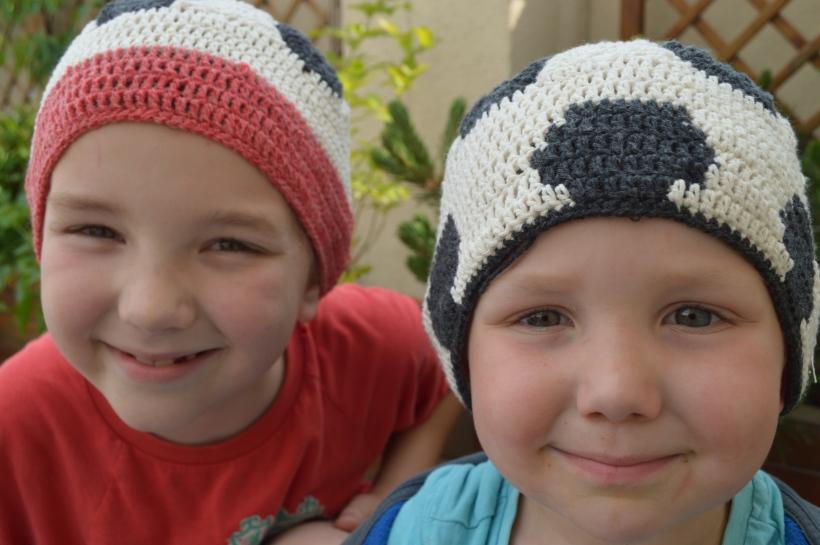 chłopaki w czapkach-piłkach