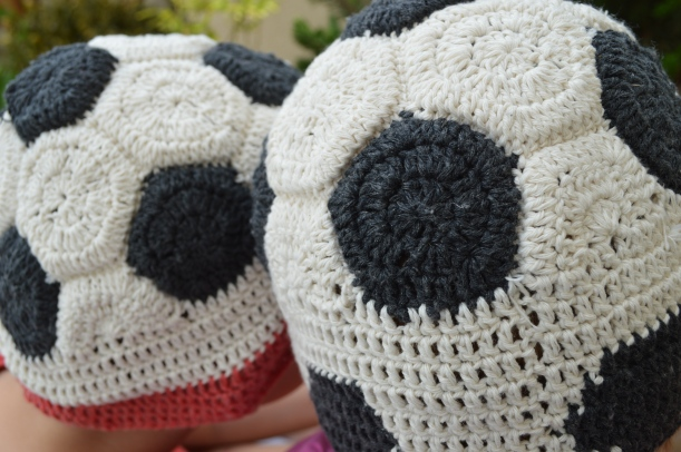 szydełkowa czapka-piłka