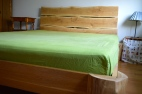 dębowe łóżko z zagłówkiem