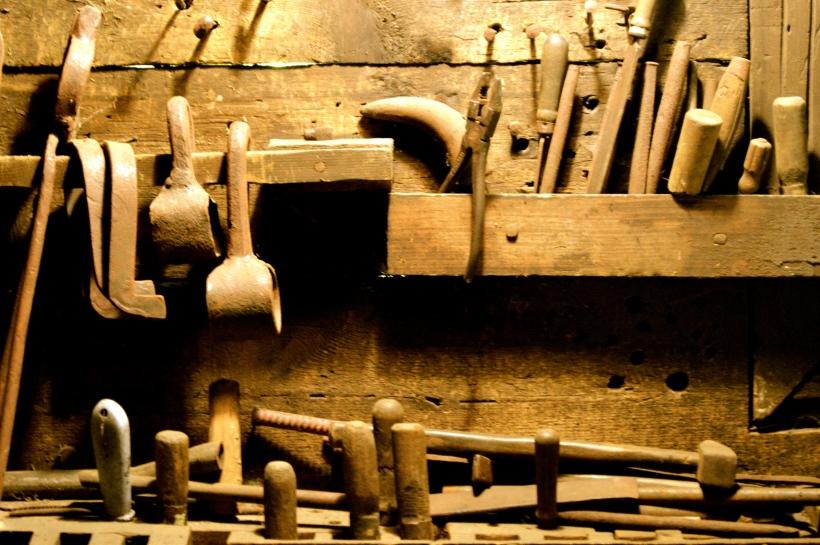 narzędzia w wiejskiej stolarni