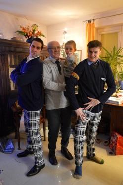 faceci w piżamach i skarpetach