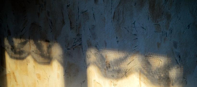 cień koronkowego lambrekinu