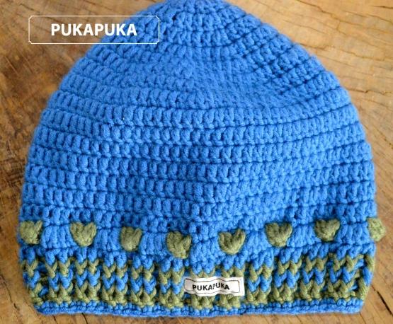 niebieska czapka z serduszkami
