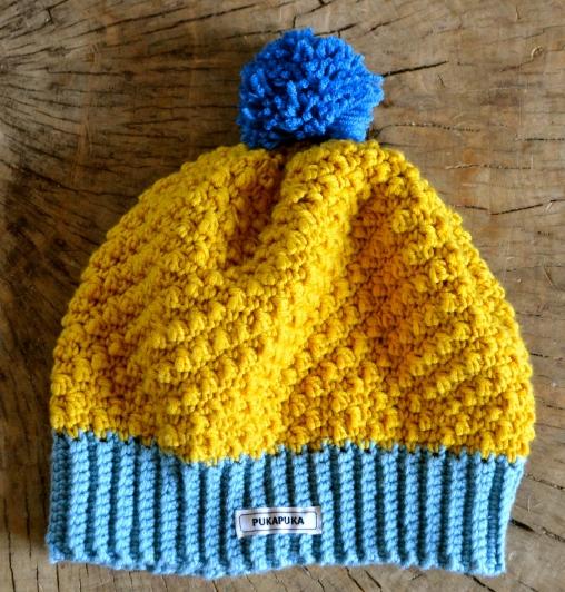 żółta czapka na szydełku