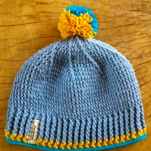 niebieska czapka wełniana z pomponem