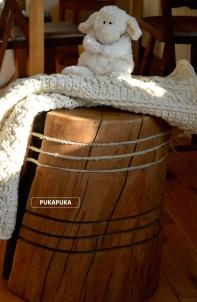 wełniany koc na drewnianym stołku